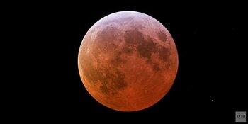 Maan kleurt rood door totale verduistering