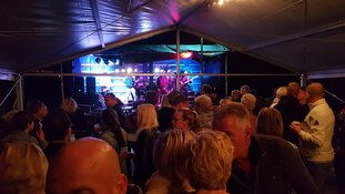 Dak eraf tijdens muziekspektakel Dorpshuis De Geist