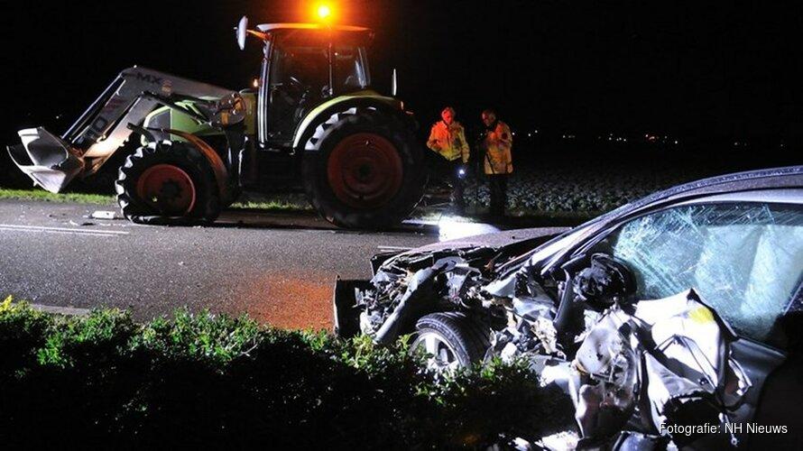 Auto knalt tegen laadbak van tractor in Waarland en wordt opengereten