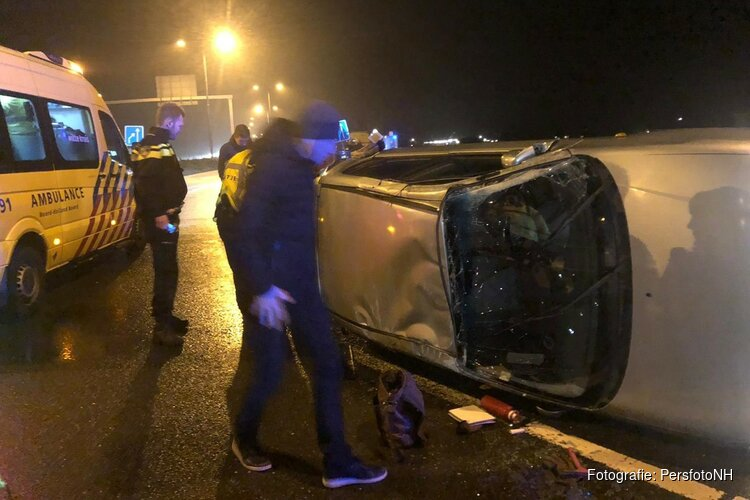 Auto over de kop bij Verlaat, vrouw gewond