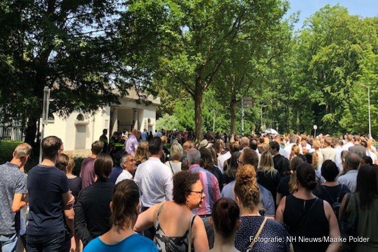 Honderden mensen bewijzen omgekomen Ilayda (15) laatste eer