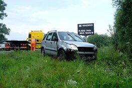 Auto te water langs N242, bestuurder gewond
