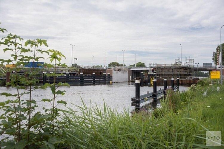 Eindelijk weer werkzaamheden bij Leeghwaterbrug: bouwvakkers storten beton