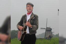 Kees Kaas speelt 'Liedjes voor Later' in atelier Sietse Wiersma