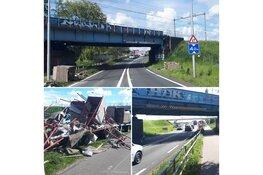 Te hoog beladen wagen ramt spoorbrug N242