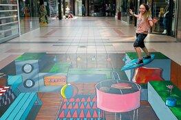 Waarlandse kunstenares maakt streetart in Winkelcentrum Broekerveiling