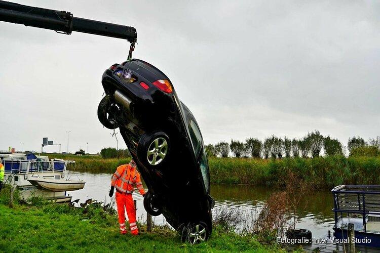 Auto te water langs Huygendijk, handrem vergeten