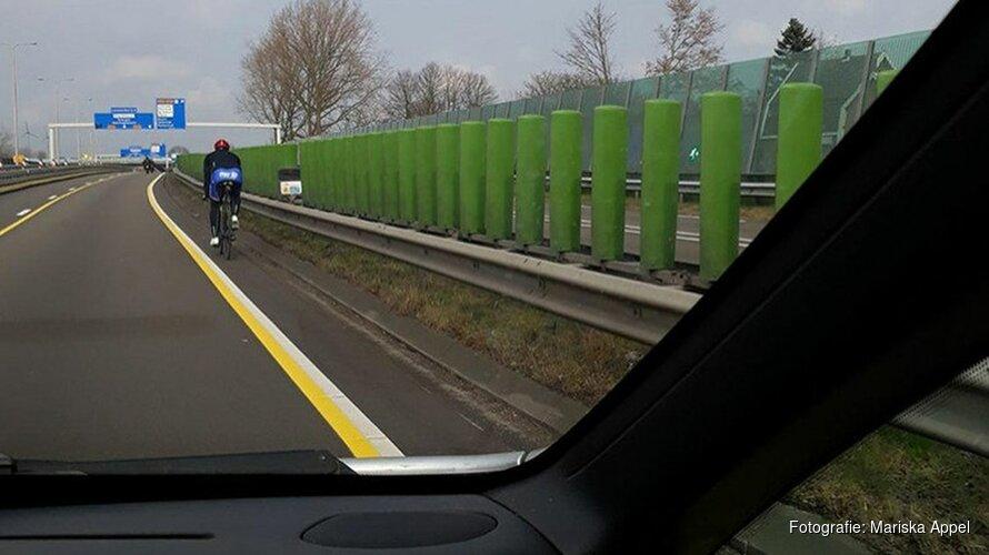 Wielrenner fietst levensgevaarlijk stukje over provinciale weg in Alkmaar