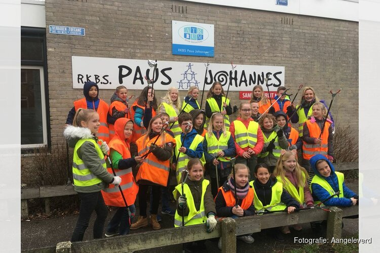 """Lisa Vooijs uit groep 6A van de Paus Johannes School te Sint-Pancras heeft een spreekbeurt gehouden over de """"plastic Soup""""."""